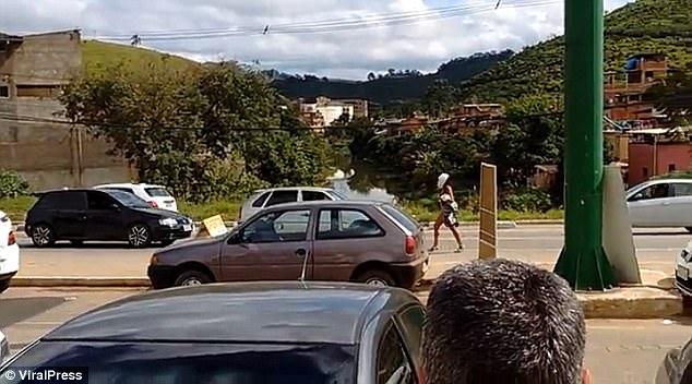 Mujer desnuda causa caos vehicular en Brasil al caminar