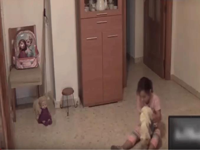 Coloca cámara oculta en el cuarto de su hija y capta ...